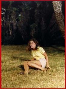 Laura Wendel cade, inseguita dal dobermann.
