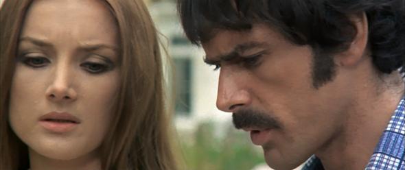 Tomas Milian e Barbara Bouchet in una scena del film