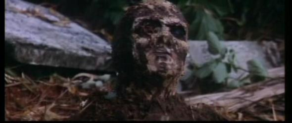 Uno degli zombi esce dal sepolcro