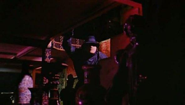 La scena del secondo omicidio, le luci che la illuminano sono rosse, e i riflessi illuminano i muri.