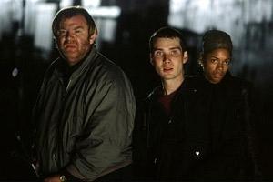 Brendan Gleeson (sulla sinistra) guida la fuga dei sopravvissuti