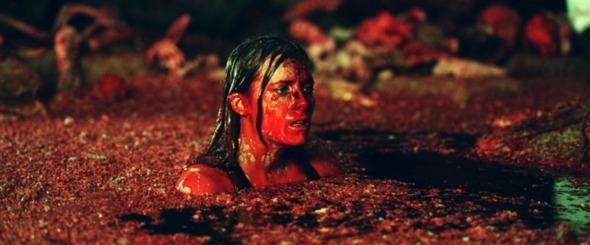 """Sarah immersa nella """"discarica"""" degli umanoidi. In questa scena viene utilizzata una delle scenografie più interessanti dell'intero film."""