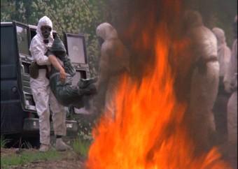 I militari bruciano i corpi degli infetti