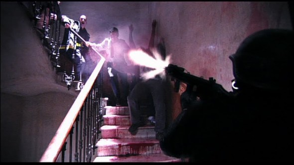 I contagiati attaccano uno dei superstiti della squadra dei corpi speciali