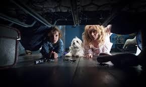Mamma, figlio e cagnolino a caccia di mostri sotto il letto.